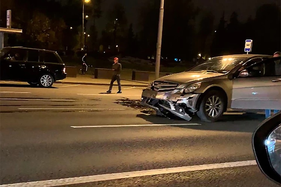 Видео аварии со «скорой» на Кутузовском проспекте в Москве показали очевидцы. Фото: кадр из видео