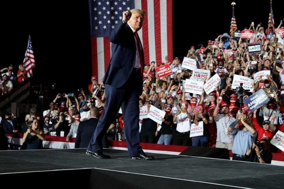 Президент США Дональд Трамп выступает перед сторонниками во Флориде