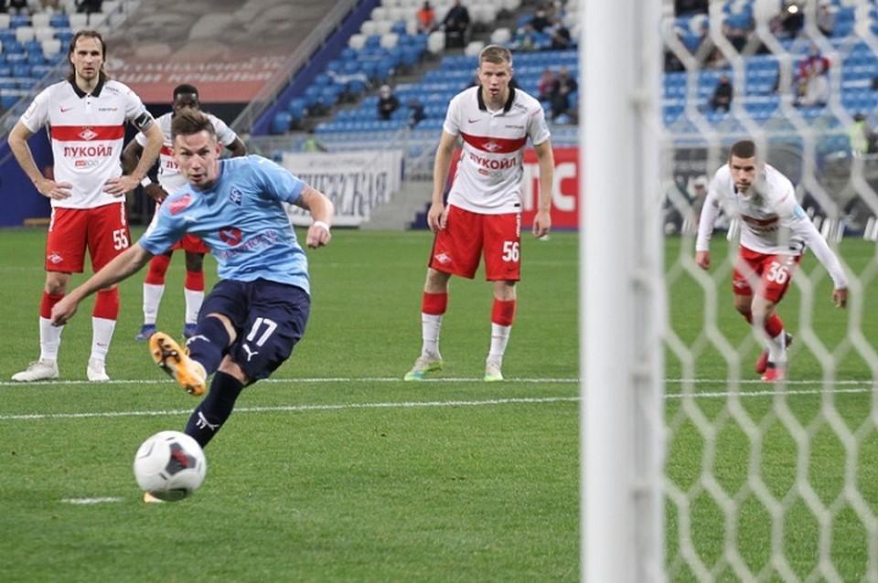 Антон Зиньковский открыл счет в матче точным ударом с одиннадцатиметровой отметки