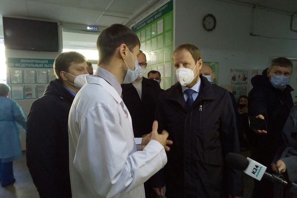 Главный врач поликлиники №14 рассказал, что многие медики сами болеют, из-за этого образуются большие очереди на прием.