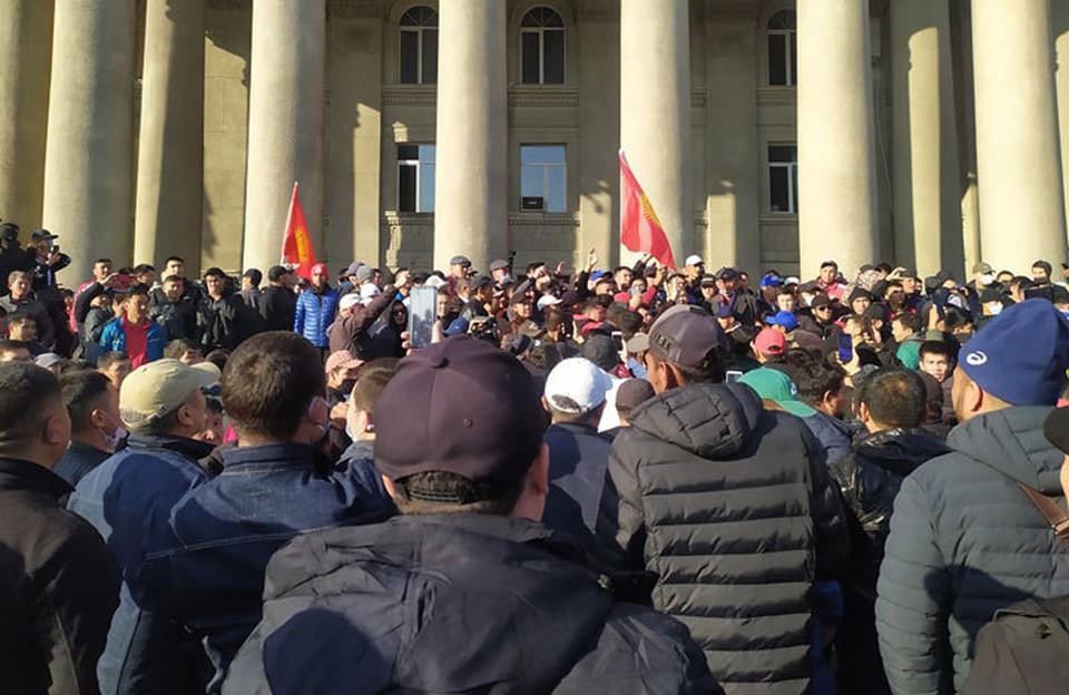 Митингующие у Дома правительства требуют отставки президента.