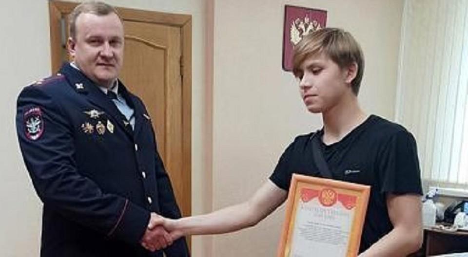 Парня пригласили служить в полицию.