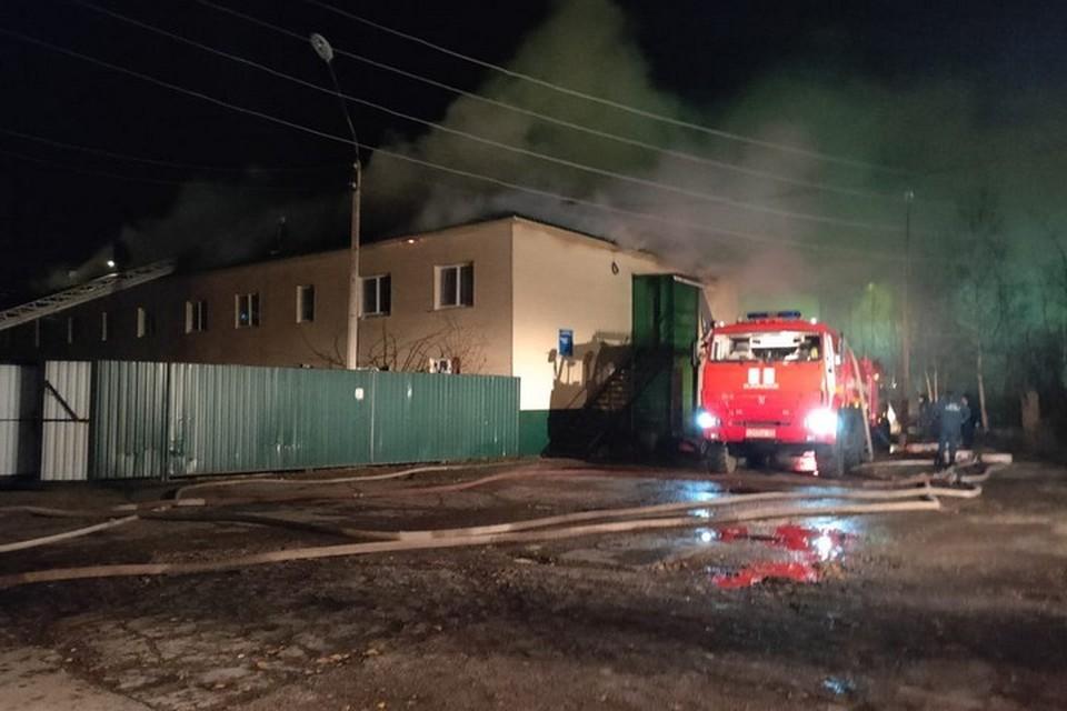 В Лесосибирске ночью тушили крупный пожар в психоневрологическом диспансере. Фото: МЧС