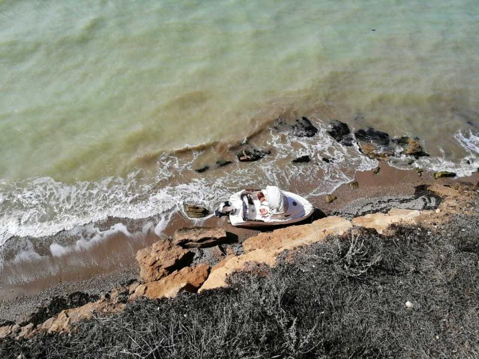 Катер Петра Шапиро, прибитый к берегу в нескольких километрах от поселка Кача. Фото: Владимир Мокану
