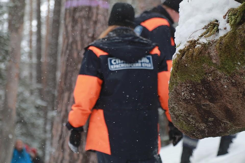 В Красноярске на «Столбах» турист получил траву голеностопа на мокрой скале