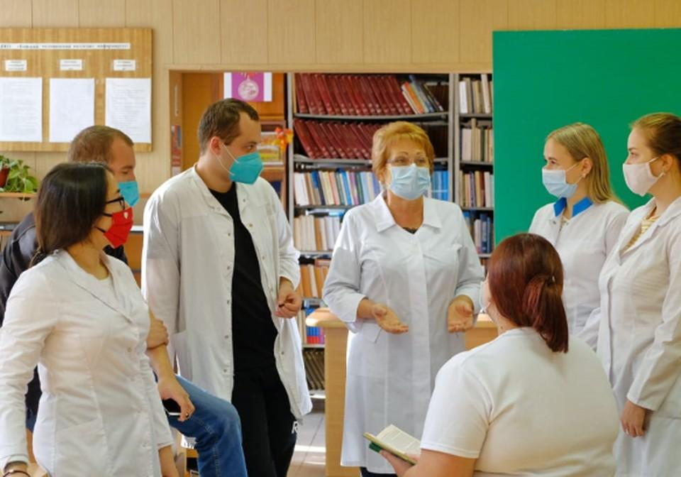 Студенты-волонтеры медколледжа с замдиректора по учебной работе Людмилой Кубаревой.