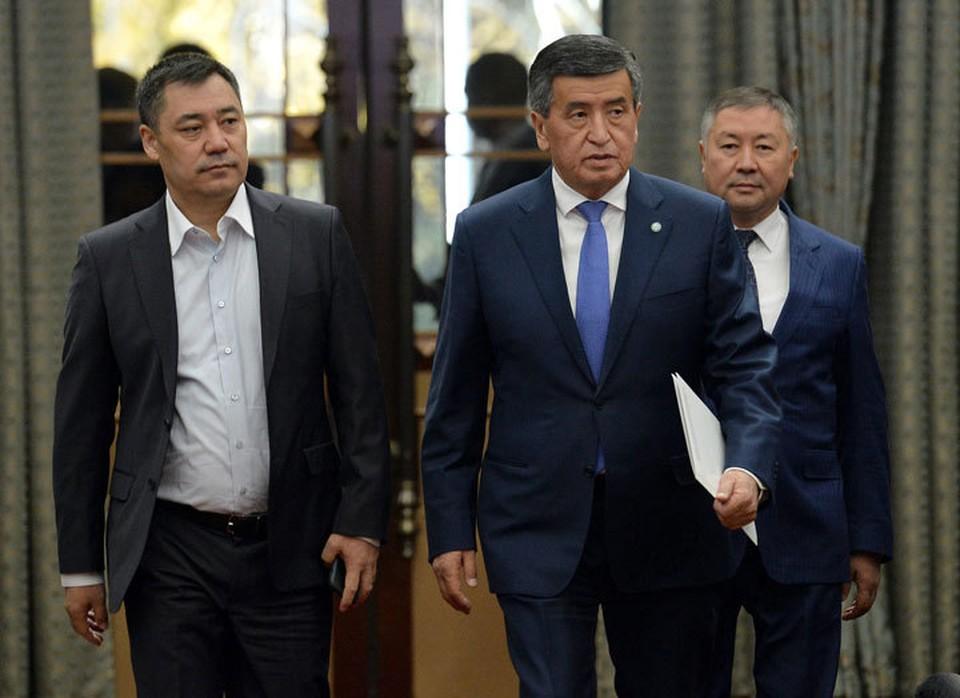 Садыр Жапаров и Сооронбай Жээнбеков на внеочередном заседании парламента, где экс-президент выступил с прощальной речью.