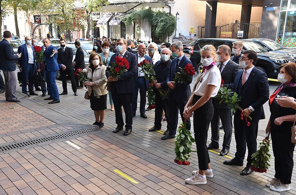 В Ростове-на-Дону открыли мемориальную доску в память об Евгении Бушмине. Фото: пресс-служба ЗС РО