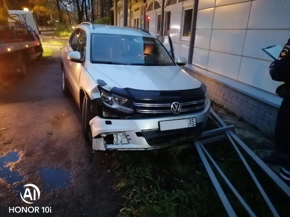 Автомобиль сокольчанина получил кузовные повреждения.