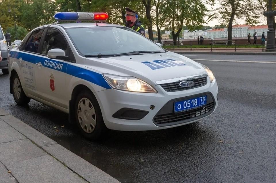 Подросток пробежал по машине ДПС в Санкт-Петербурге.