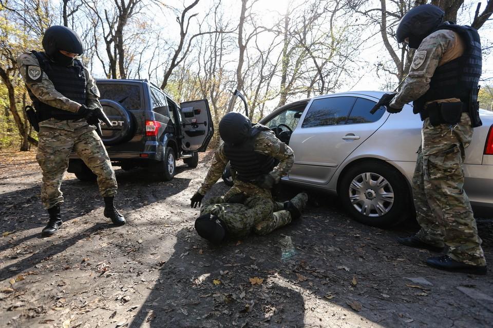 Предполагаемый террорист открыл огонь, когда силовики хотели проверить его автомобиль