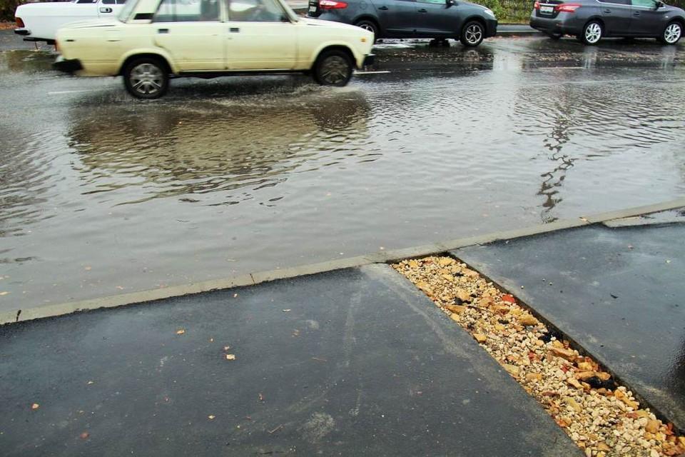 Проблемы с лужами после дождя на дороге все еще есть. Фото: пресс-служба администрации Орла