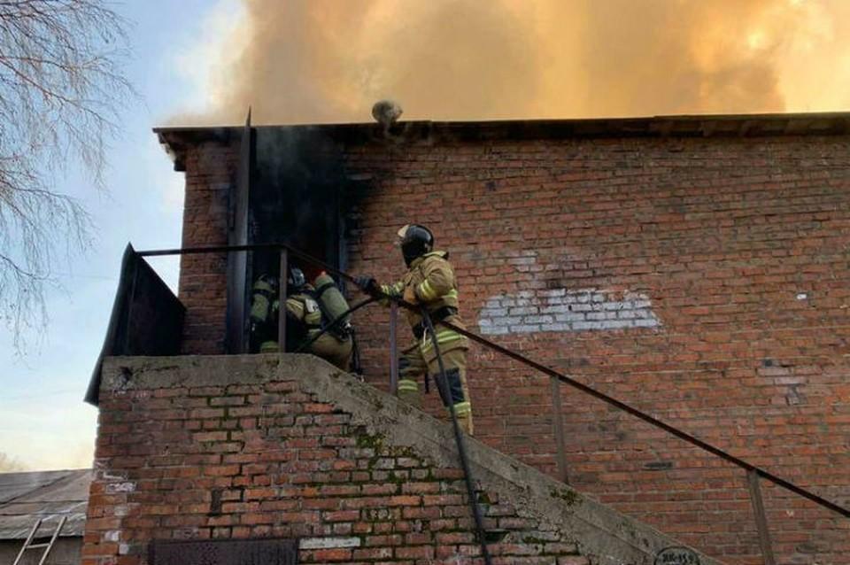 Ученик поджег здание на территории школы в Ангарске. Фото: ГУ МЧС России по Иркутской области.