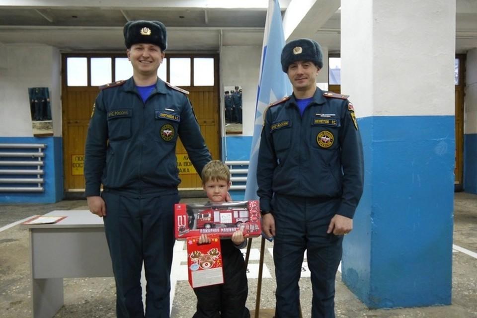 Пожарные Кудымкара не стали ждать, когда отважному Дениске придет медаль, и подарили ему большую пожарную машину. Фото: ГУ МЧС России по Пермскому краю.