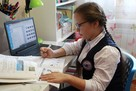 «Встает в 9, уроки делает через день»: челябинка рассказала о домашнем обучении дочери