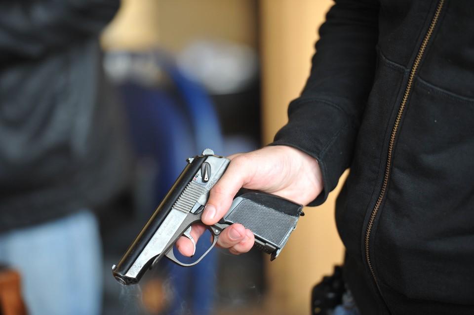 В Москве мужчина из окна открыл стрельбу по детям, ранен подросток