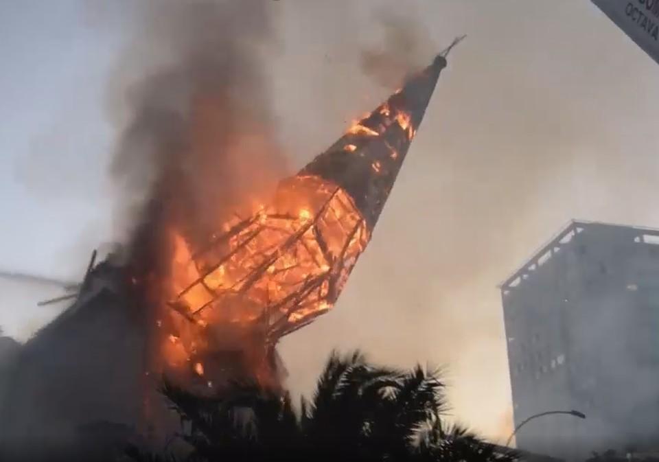 Протестующие сожгли две старинные церкви в столице Чили. Фото: кадр из видео