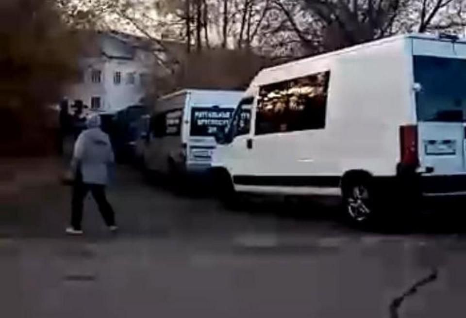Мужчина заснял, как на Цветочной, 2 возле здания морга скопилось кучу автомобилей ритуальных услуг, ждущих тела на выдачу.