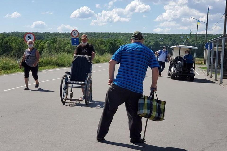 Для стариков из ЛНР коронавирус и другие запреты - не преграда на пути к получению заслуженной пенсии. Фото: ГМ «Пролиска»