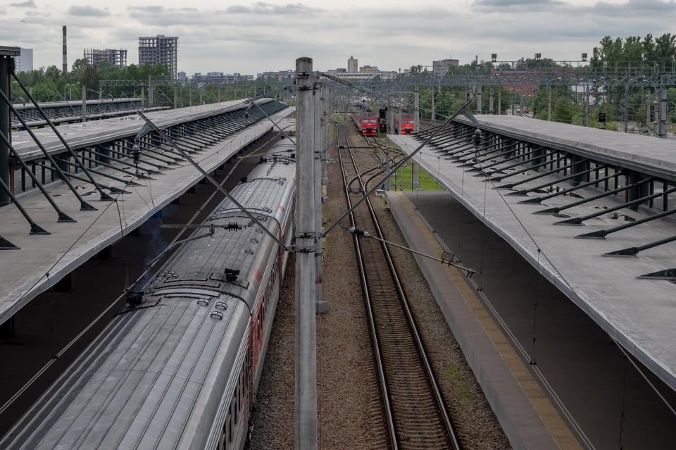 Женщина погибла на путях под товарным поездом.