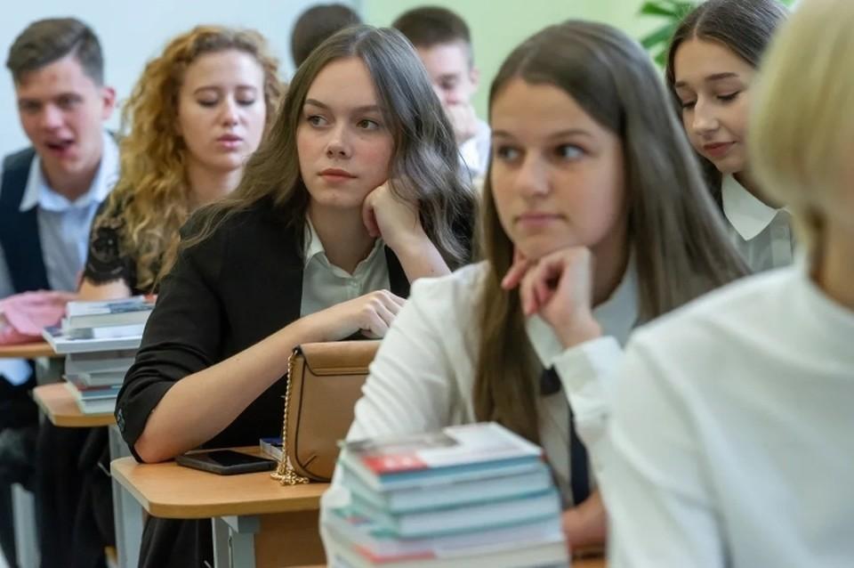 В Санкт-Петербурге официально продлили осенние школьные каникулы из-за коронавируса.