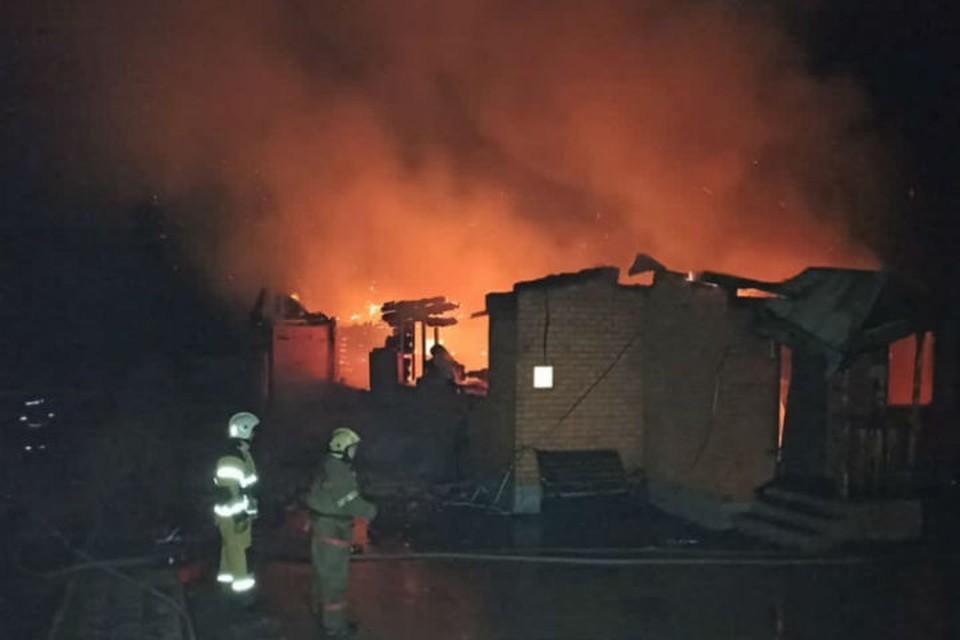 Пожар начался около часа ночи