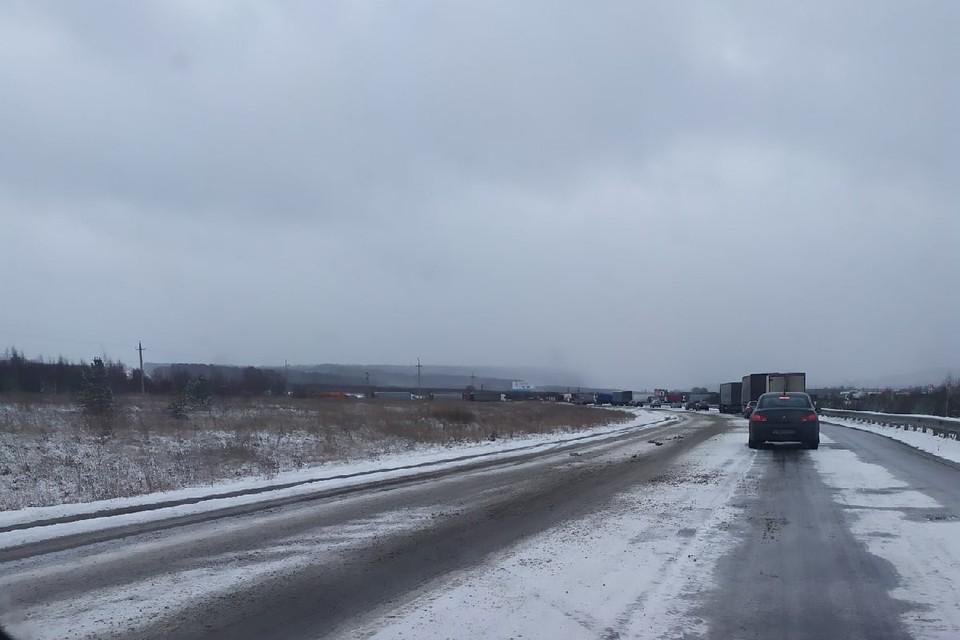Выпавший снег создал проблем водителям. Фото: vk.com/«Трасса М5 Уфа — Челябинск»