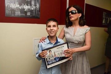 «Мальчик-доброе утро»: донские спасатели познакомили слепого школьника с Дианой Гурцкой
