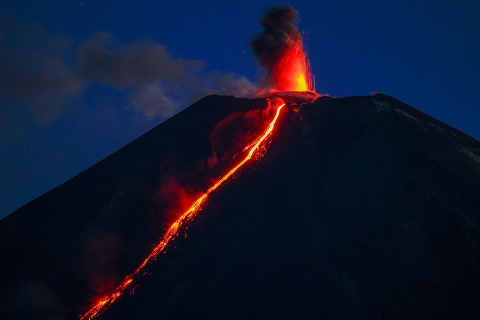 Вид на извергающийся Ключевской вулкан, Камчатский край. Фото: Елена Верещака/ТАСС