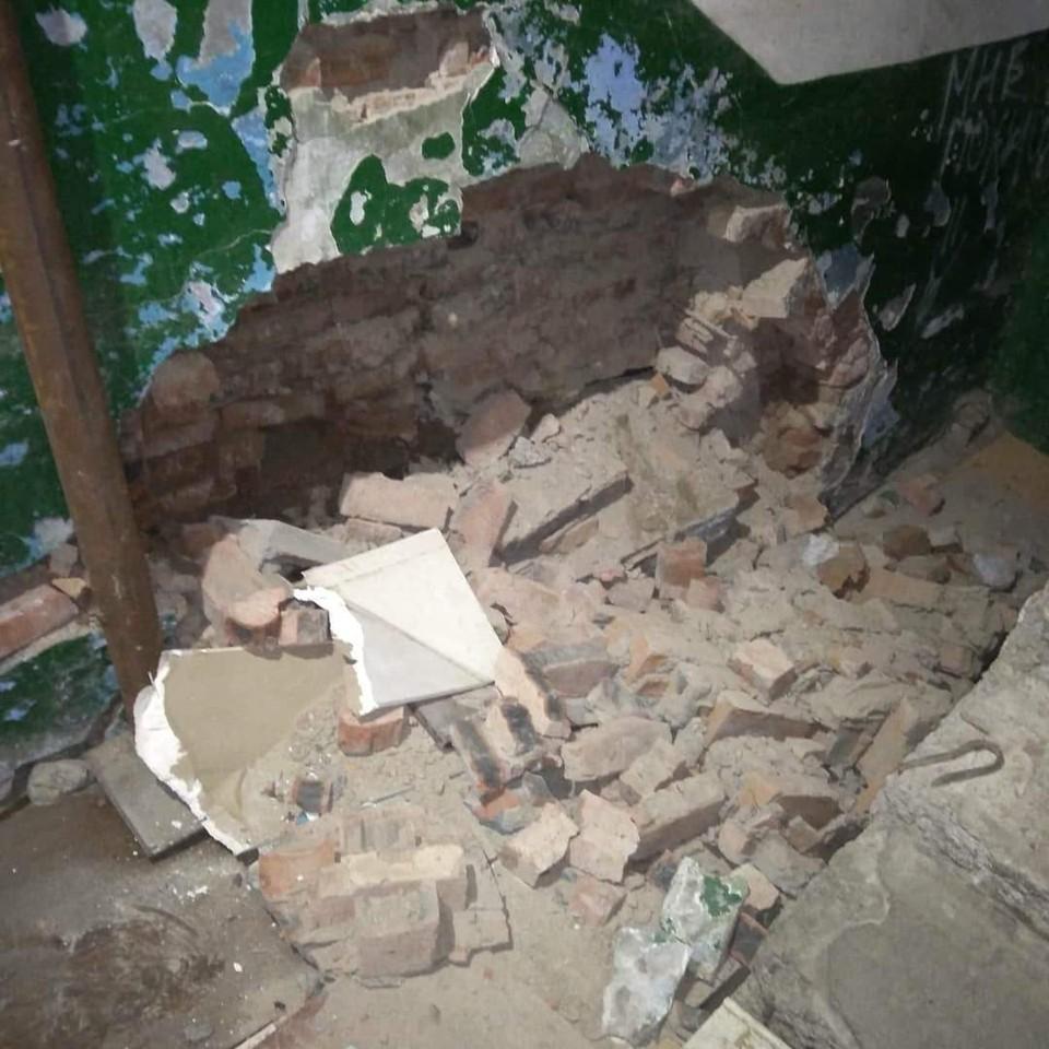 Большой кусок стены вывалился в одном из домов Омска.