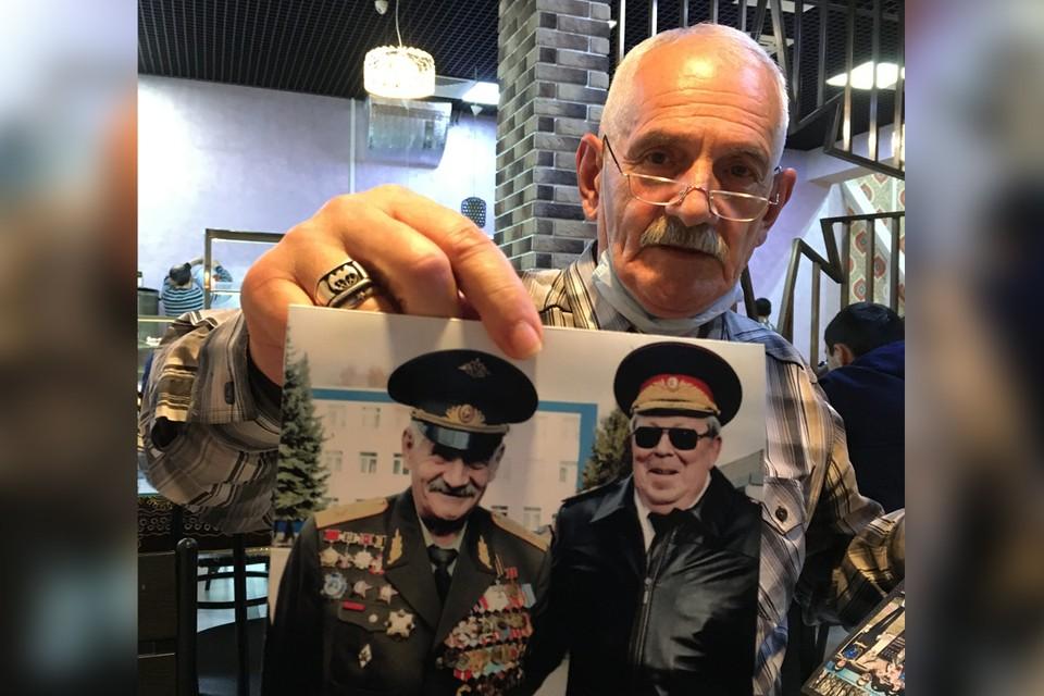 Александр Чубаров показывает снимок со старшим сыном Василия Маргелова Виталием.