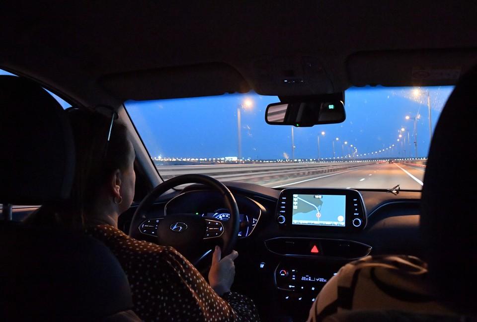 Эксперт рассказал об опасности езды на автомобиле с открытыми окнами