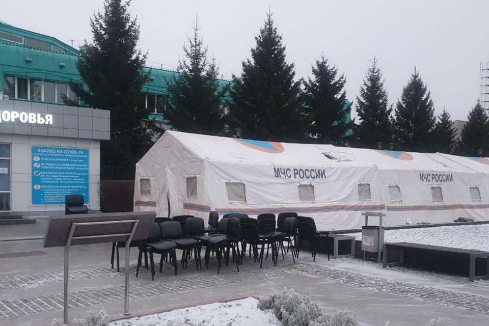 "МЧС развернуло палатки для тех, кто стоит в очередях на сдачу теста на коронавирус в Иркутске. Фото: аккаунт kobzevnasvyazi в ""Инстаграме""."