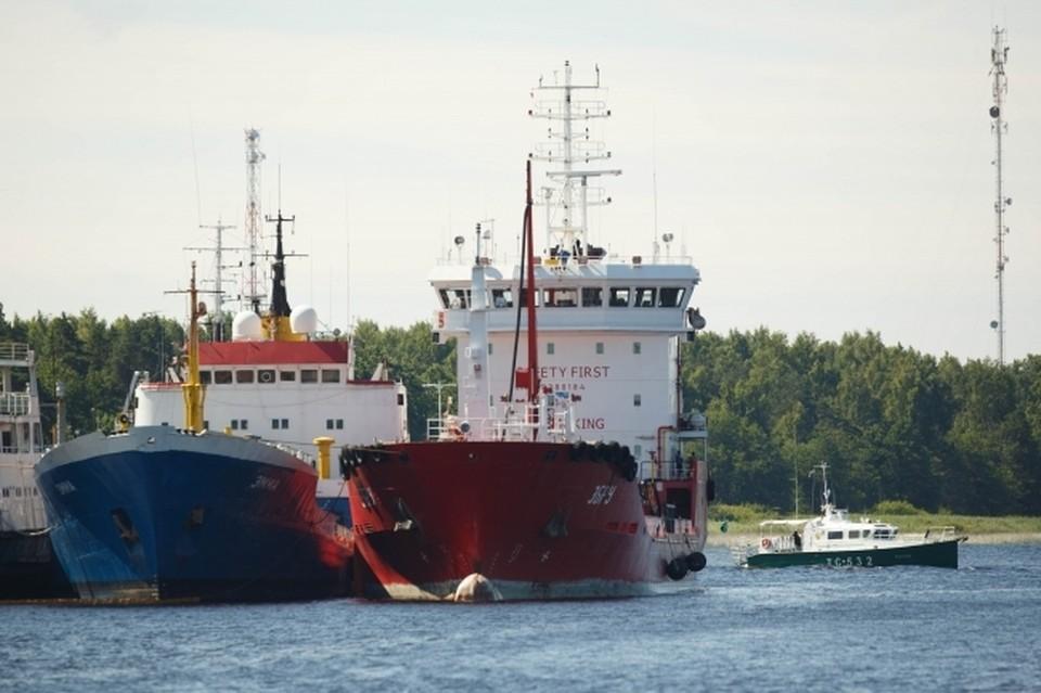 К нефтяному танкеру «Генерал Ази Асланов» из Крыма направили катер.