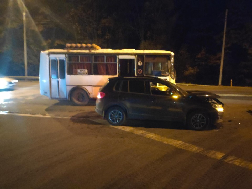Под Орлом водитель внедорожника учинил ДТП с рейсовым автобусом
