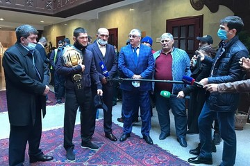 «Отдохнуть и переосмыслить»: Хабиб вернулся в Дагестан с поясом чемпиона