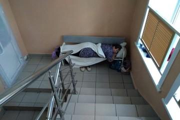 В больнице под Новосибирском пациенты с коронавирусом лежат на лестничных площадках