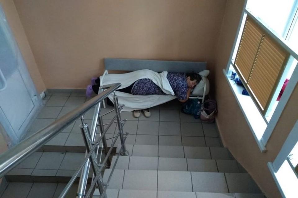 Больные коронавирусом вынуждены лежать на лестничных площадках и не всегда на кроватях. Фото: «Сибкрай»