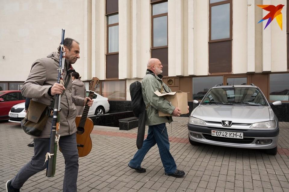 Главный режиссер театра Геннадий Мушперт (слева) и режиссер и актер театра Сергей Куриленко собирают вещи.