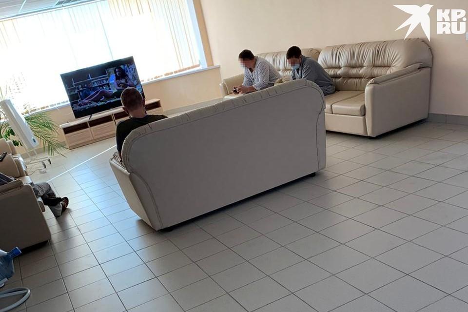 Холл с телевизором, по которому шутники однажды прокрутили «запрещенку». Фото: предоставлено героем публикации.