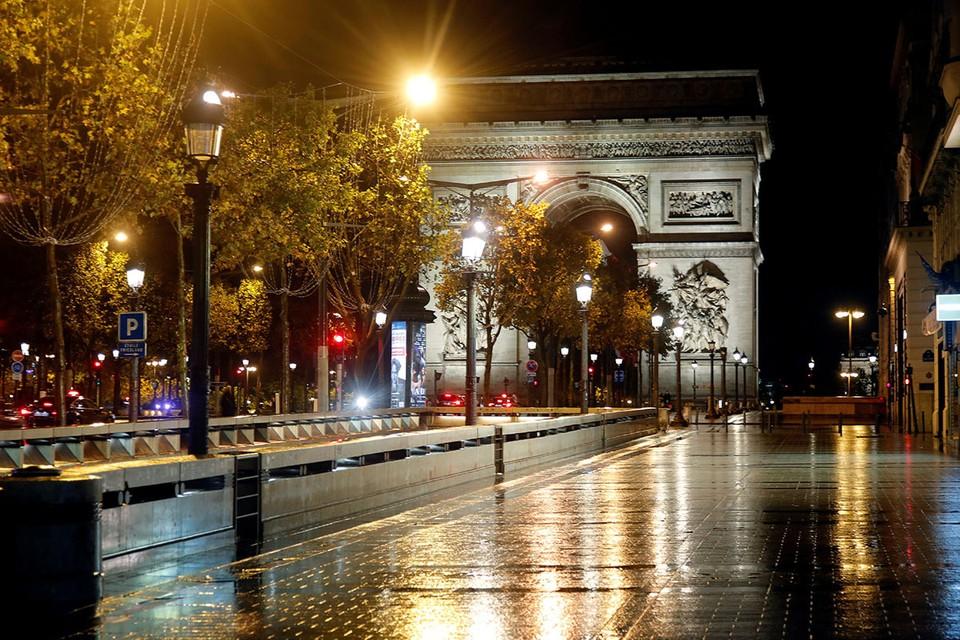 Президент Франции Эммануэль Макрон ввел, начиная с завтрашнего дня, месячный карантин для всех жителей страны.