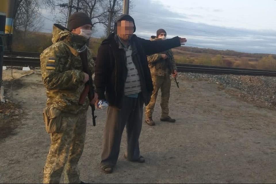 Житель Красноармейска в шлепанцах топал по шпалам в Россию. Фото ГПСУ