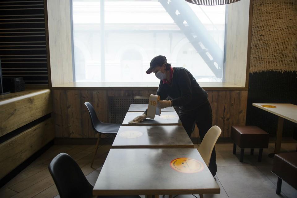 С сегодняшнего дня между столиками в заведениях общепита должны быть перегородки