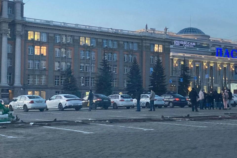 «Установка экранов должна быть добровольной»: таксисты Екатеринбурга встали у мэрии, протестуя против антикоронавирусной меры