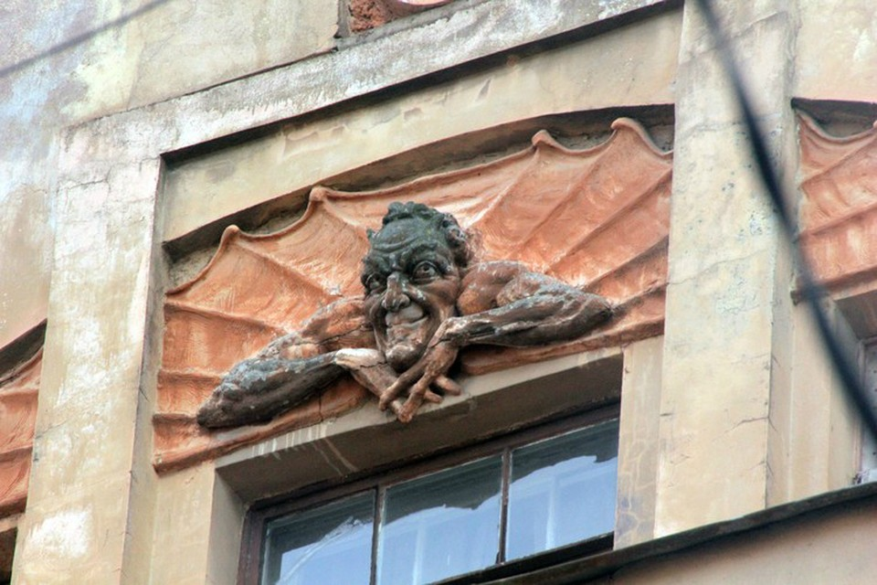 Барельеф с Мефистофелем сбили с фасада дома-памятника в 2015 году.