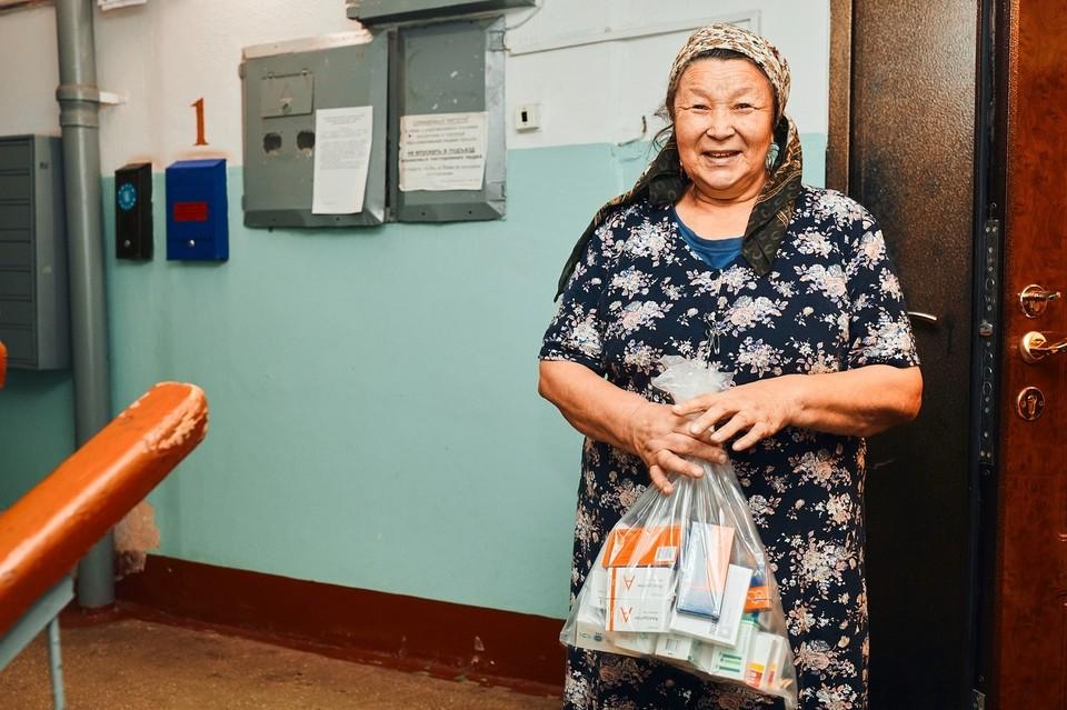 Работники соцслужб доставляют пожилым тюменцам бесплатные лекарства. Фото со странички Александра Моора в ВК.