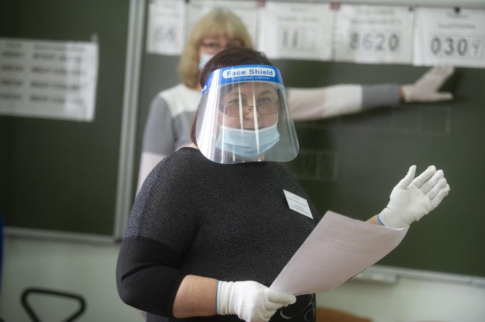 Похоже, очки и такие пластиковые экраны могут неплохо защищать от вируса.