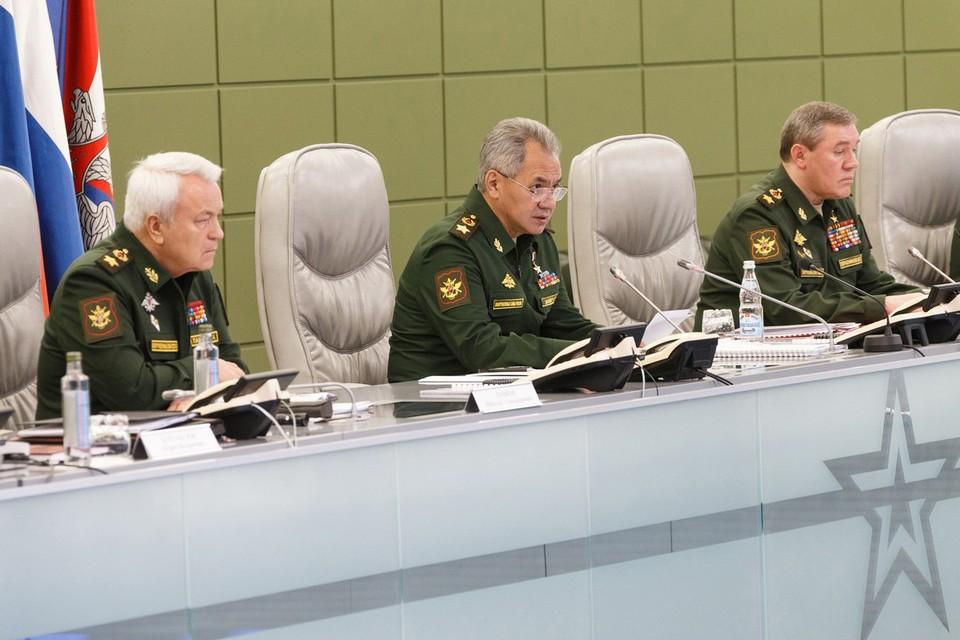 По словам Шойгу, вакцинация личного состава от гриппа будет полностью завершена до 5 ноября, а новейшие ПЦР-лаборатории диагностики позволит получать результат теста на ковид за три часа. Фото: mil.ru