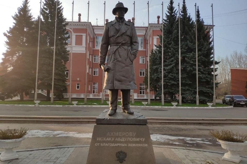 Памятник Исхаку Ахмерову установлен на Алом поле возле Дворца пионеров