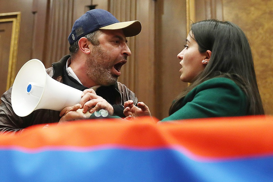 Ереван. Участники протеста в зале заседаний в здании Национального собрания Республики Армения в ночь на 10 ноября. Фото: Станислав Красильников/ТАСС